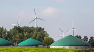 Éoliennes et une usine de biogaz.