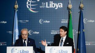 Le Premier ministre italien Giuseppe Conte (d) et l'envoyé spécial des Nations unies pour la Libye Ghassan Salame (g), le 13 novembre 2018, à Palerme en Italie.