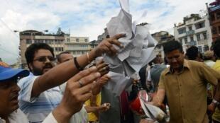 Des contestataires brûlent le projet de Constitution à Katmandou, le 21 juillet 2015.