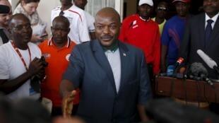 Presidente do Burundi faz primeira aparição pública após tentativa de golpe