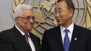 Mahmoud Abbas (G) au côté de Ban Ki-moon à New York, 19/09/2011
