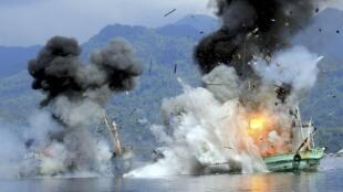 Hai tàu đánh cá nước ngoài xâm phạm chủ quyền bị hải quân Indonesia phá hủy. Ảnh ngày 21/12/2014.