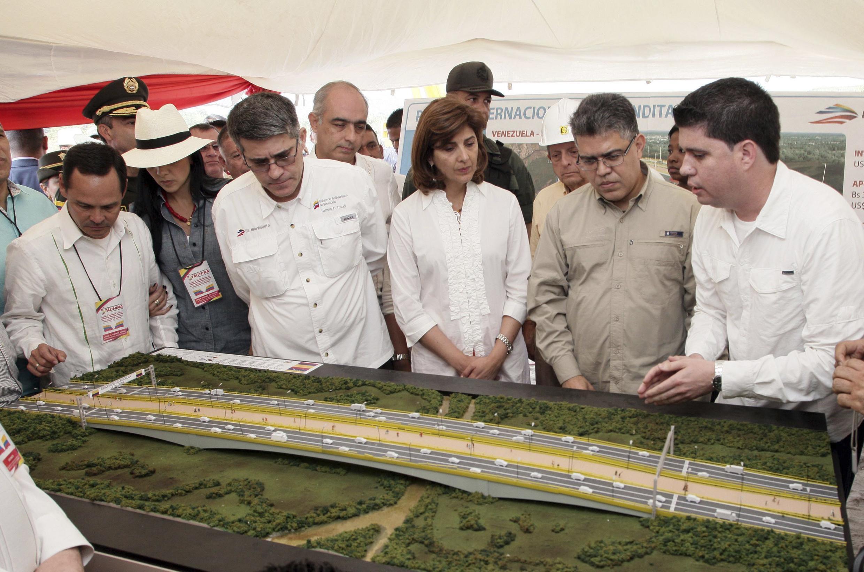 Los cancilleres de Colombia y Venezuela, respectivamente María Angela Holguín y Elías Jaua (centro), estudian un proyecto de puente entre los dos países, en enero de 2014.