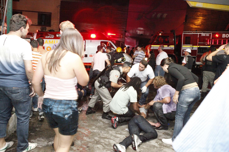Imagem mostra o desespero em frente à casa noturna em Santa Maria