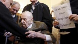Bị cáo Képíró Sándor, 97 tuổi, bị đưa ra tòa án Budapest ngày 5/5/11.