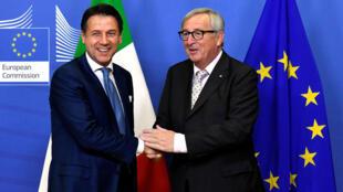 Le Premier ministre italien Giuseppe Conte (g.) a rencontré le président de la Commission européenne Jean-Claude Juncker à Bruxelles pour discuter budget, le samedi 24 novembre.
