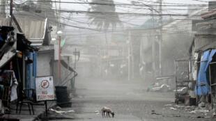 Quelque 50 000 habitants ont été évacués dimanche dernier, abandonnant des localités entières aux cendres, comme ici à Batangas.