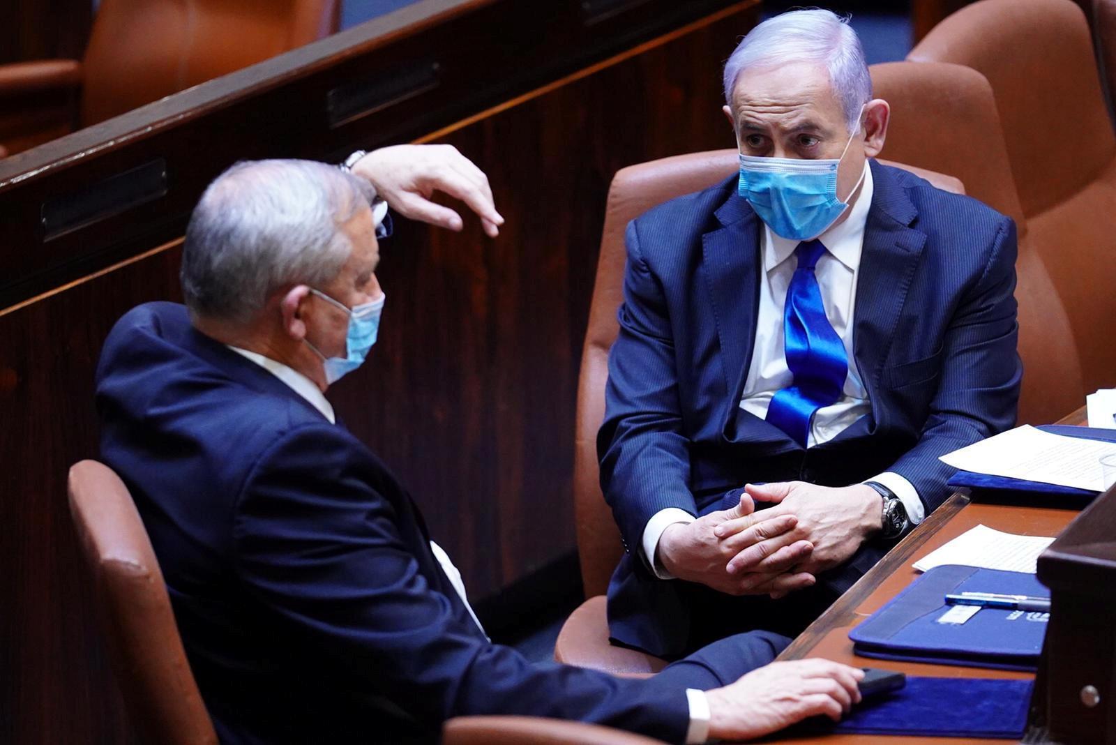 Benny Gantz (e) junto com Benjamin Netanyahu durante voto de validação do novo governo.