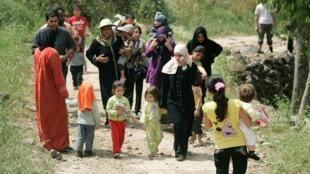 Mujeres y niños sirios llegan a Wadi Khaled en el norte de El Líbano cerca de la frontera con Siria. Según las organizaciones de Derechos Humanos tanques sirios dispararon durante toda la noche contra los manifestantes pro-democracia