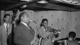 Le Charlie Parker Quintet au Three Deuces, à New York en août 1947. De gauche à droite: Tommy Potter, Charlie Parker, Miles Davis et Duke Jordan. Le batteur Max Roach est derrière Parker.