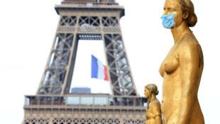 Число жертв COVID-19 во Франции превысило 27 тысяч человек.