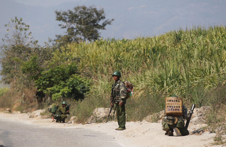 Quân đội Miến Điện triển khai chiến đấu tại Laukkai ngày 17/2/2015.