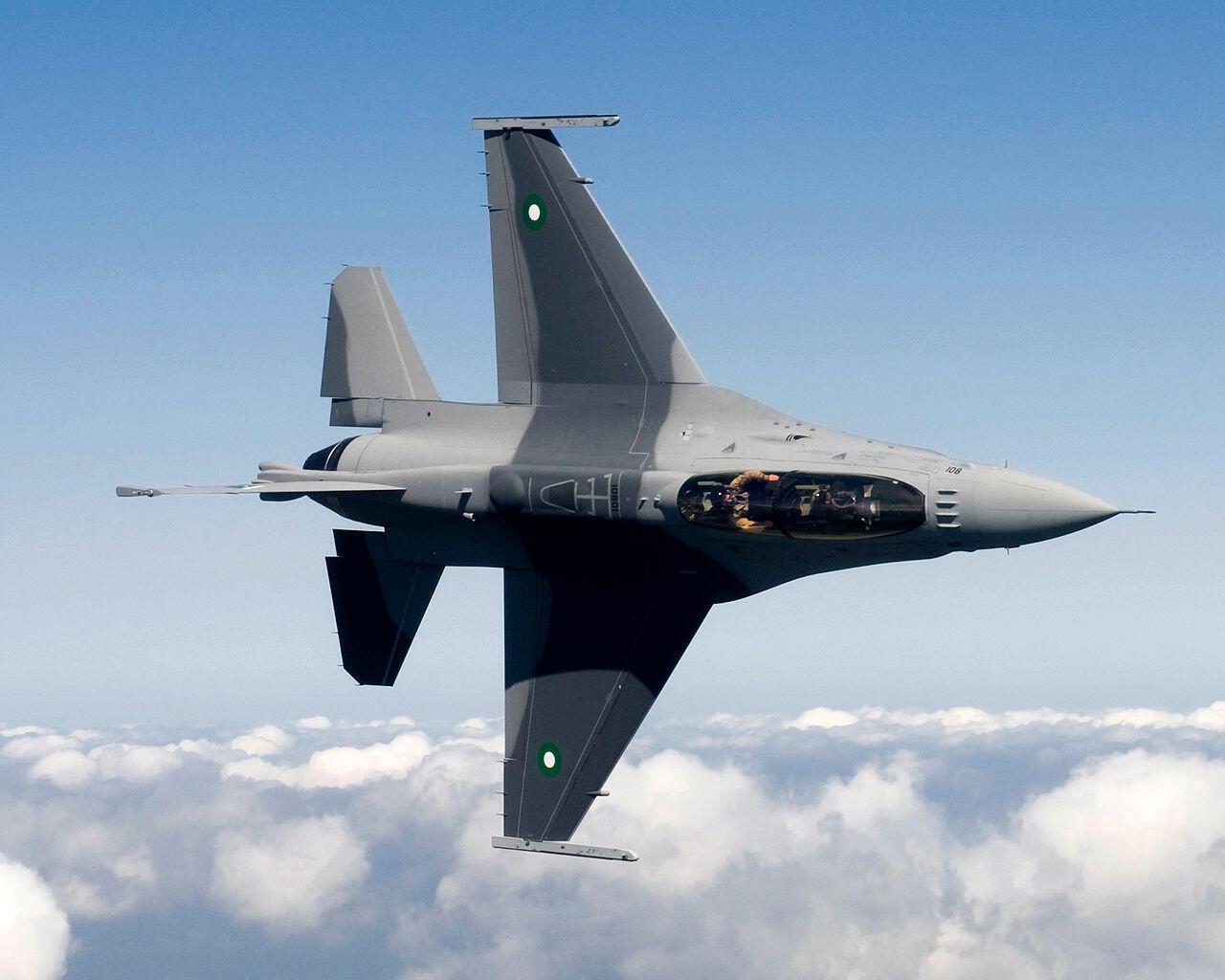 存檔圖片:Un chasseur F16 de l'armée pakistanaise. Les frappes aériennes se poursuivent au mois de juin 2015 dans la région tribale du Waziristan, frontamière avec l'Afghanistan où sont basées des poches de résistance talibanes.