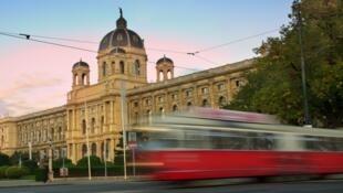 Viena conseguiu reduzir o custo do transporte público a 1 euro por dia, como o tramway na Ringstrasse.