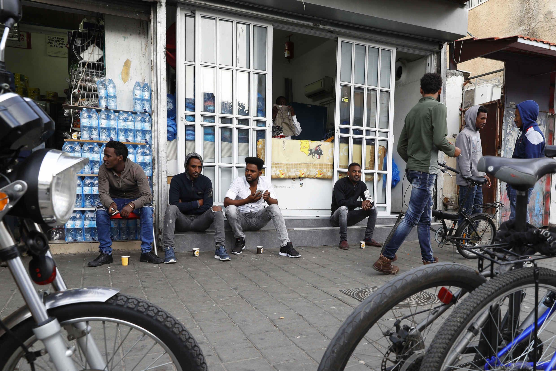 Des Érythréens sont assis dans la rue dans le quartier sud de la ville israélienne de Tel Aviv le 5 avril 2018.