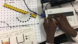 Escrevendo em braille em uma escola francesa.