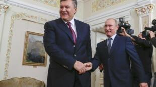 Viktor Yanukovich (e) e Vladimir Putin devem reafirmar suas afinidades durante reunião em Moscou.