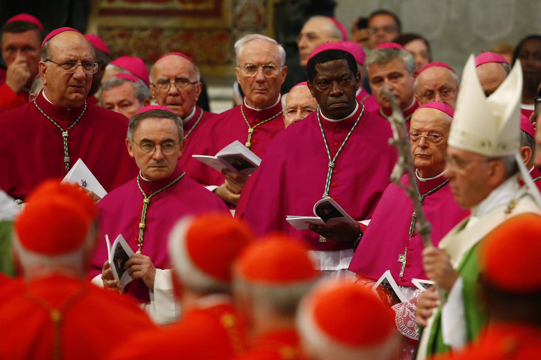 Giáo hoàng Phanxicô cùng các Hồng y và Giám mục trong thánh lễ khai mạc Thượng hội đồng về gia đình, quảng trường thánh Phêrô, ngày 05/10/2015.