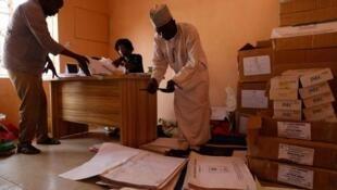 Wasu jami'an hukumar zaben Najeriya mai zaman kanta INEC.