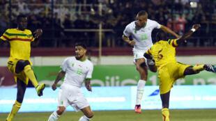 Carl Medjani (g) a inscrit le seul but du match pour l'Algérie contre le Mali, le 10 septembre 2014.