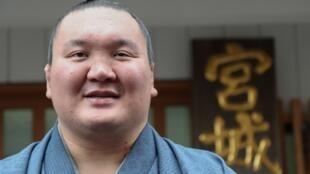 Hakuho est le premier sumo d'origine mongole à obtenir la nationalité japonaise.