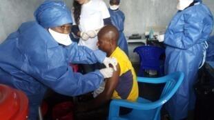 Un patient à Goma dans le Nord-Kivu reçevant sa première dose du deuxième vaccin contre le virus Ebola dans les locaux de Médecins sans Frontières