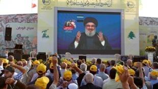 Le chef du Hezbollah libanais Hassan Nasrallah s'est s'adressé à ses partisans via un écran lors d'un rassemblement marquant l'anniversaire de la défaite de militants près de la frontière libano-syrienne, dans le village d'al-Ain, le 25 août 2019.