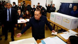Silvio Berlusconi se presentó este domingo 4 de marzo a su centro de votación en Milán.