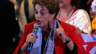 Bà Dilma Rousseff phát biểu trong một cuộc mít tinh của phong trào phụ nữ ủng hộ dân chủ, tại Sao Paolo, Brazil, ngày 08/07/2016