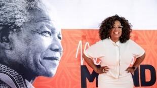La star de la télé américaine Oprah Winfrey sur le campus de Soweto, à Johannesbourg, avant un hommage exceptionnel à Nelson Mandela, le 29 novembre 2018.