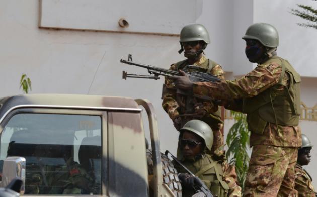 Askari wa Mali Novemba 22, 2015 mbele ya Hoteli Radissono Blu jijini Bamako.