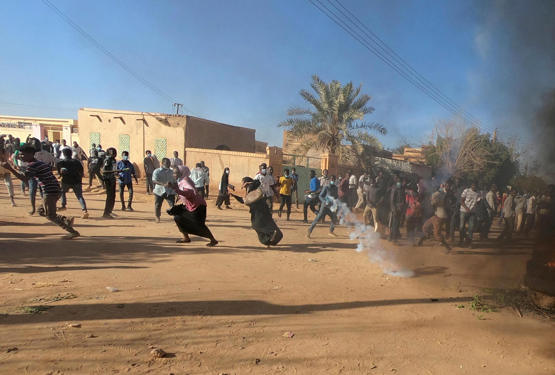 Des manifestants soudanais fuient les gaz lacrymogènes à Khartoum le 20 janvier 2019.