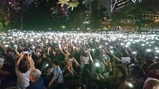 """大约8000人出席中环遮打花园的""""香港妈妈反送中集会大会"""",港妈和港爸都认同孩子的行动,称他们绝非政府形容的暴徒。"""