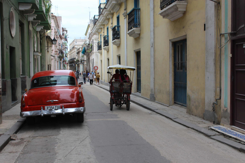"""Veículo """"vintage"""" americano estacionado em rua de Havana."""