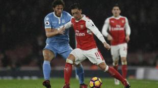 Ramadan Sobhi (g) en duel avec Mesut Ozil d'Arsenal, le 16 décembre 2016.