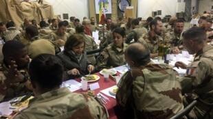 La ministre de la Défense Florence Parly lors du réveillon du 31 décembre qu'elle a partagé avec des soldats de l'opération Barkhane à Tessalit au Mali.