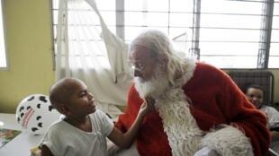 Au Salvador, le Père Noël rend visite aux enfants dans un hôpital, le 11 décembre 2012.