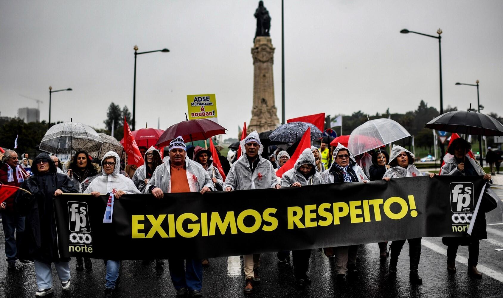 A chuva e o frio não desanimaram os grevistas portugueses, que manifestaram nas ruas de Lisboa.