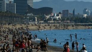 La gente ocupa la playa de la Barceloneta durante las horas permitidas por el gobierno, el 20 de mayo de 2020 en Barcelona