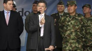 """El presidente colombiano consideró que las últimas decisiones de las FARC de poner fin al secuestro y la liberación de los últimos uniformados en cautiverio """"son ejemplos"""" y no son suficientes."""