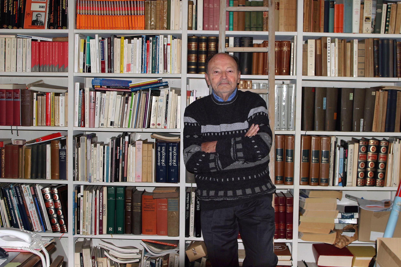 Michel Tournier posa diante de sua biblioteca, em Choisel, em 2005.