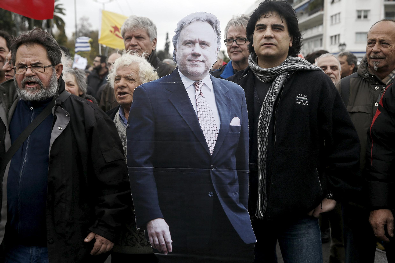 Les manifestants contre la réforme de retraites ont défilé avec une effigie en carton du ministre du Travail George Katrougalos. Athènes, le 16 janvier 2015.