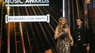 """在""""公告牌颁奖(""""Billboard Music Awards)颁奖仪式上 席琳获得""""传奇巨星奖"""""""