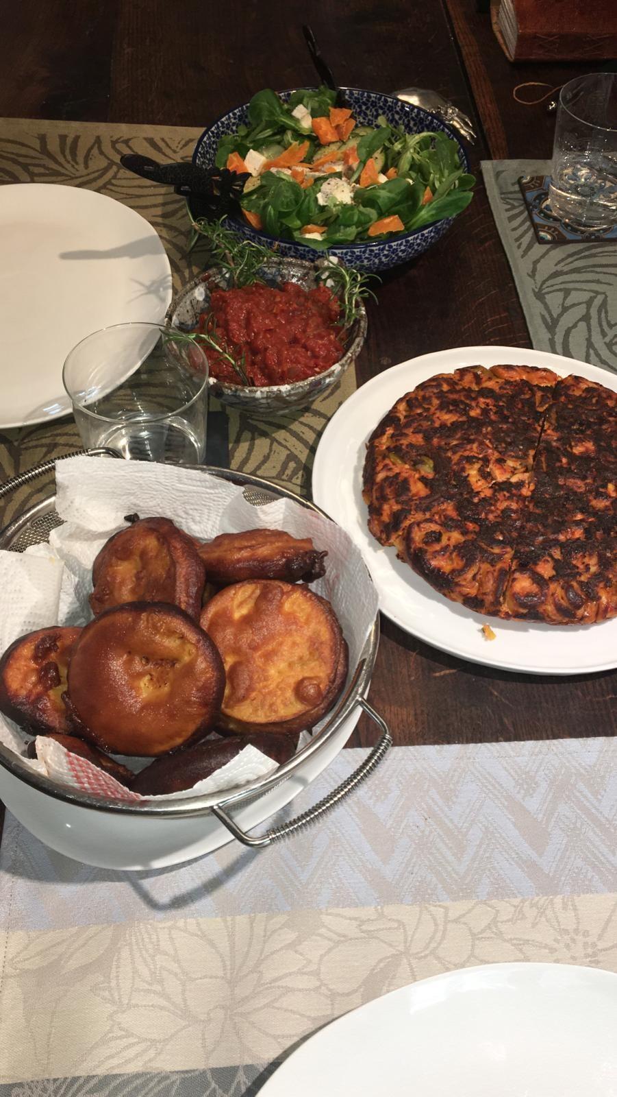 Fritata, berenjenas rebozadas y ensalada con vinagreta especial. Cocina improvisada del Nathan. París, marzo de confinamiento, 2020.