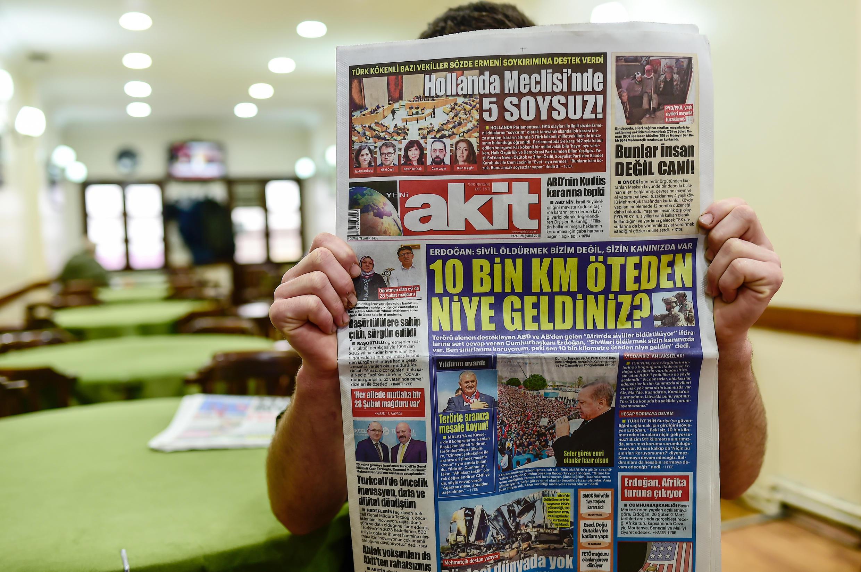 Un homme lit le journal pro-gouvernemental Akit avec en première page un titre intitulé « Cinq bâtards au parlement hollandais ! », le 25 février 2018 à Istanbul.