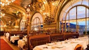 """巴黎里昂火车站雕梁画栋、传奇丰富的""""蓝火车餐厅(Le Train Bleu) """""""
