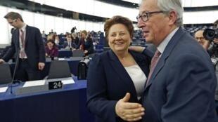 Председатель Еврокомиссии Жан-Клод Юнкер поздравляет премьера Латвии Лаймдоту Страуюму с избранием ее страны на пердседательство в ЕС, Страсбург 14/01/2015