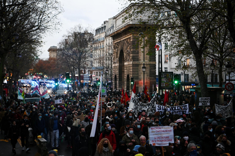 Крупные акции протеста против противоречивого закона проходят в Париже каждую субботу