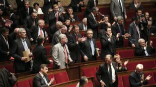 Sanciones a  diputados franceses cuando no asisten a las sesiones de la Asamblea Nacional: la medida se incluyó en el reglamento interno en 2008, pero su aplicacion, que entró en vigor en 2009, se hacía de manera discreta.