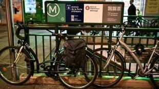 Une photo prise le 19 décembre 2019 montre deux vélos stationnés à l'entrée d'une station de métro à Paris, au 15e jour de la grève contre la réforme des retraites.